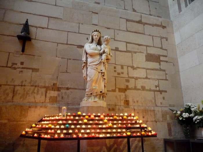 Statue de Vierge— Basilique Saint Denis