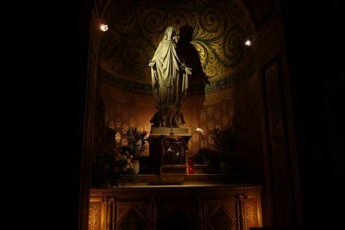 Statue de Vierge sur autel