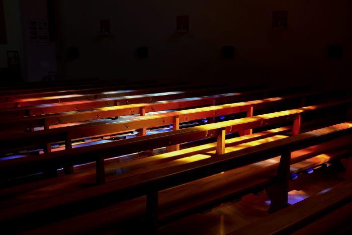 — Lumière sur des Bibles déposées sur des bancs d'église — Interlaken - Canton de Bern/Berne —