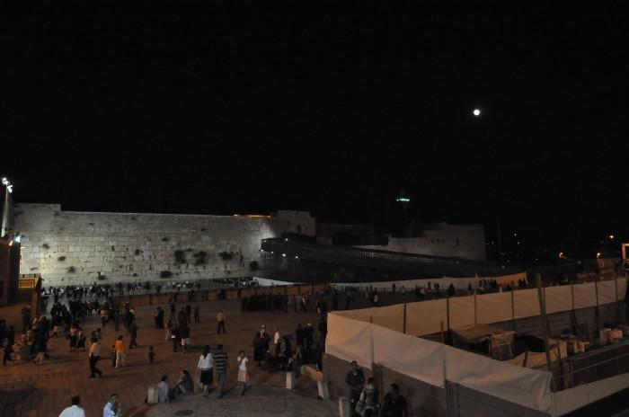 Première phase d'éclipse totale de lune vue depuis le mur Occidental - Jérusalem