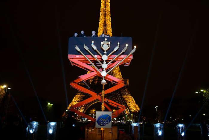 — Fête d'Hanoucca sur le champ de Mars avec en fond, la tour Eiffel — Paris —