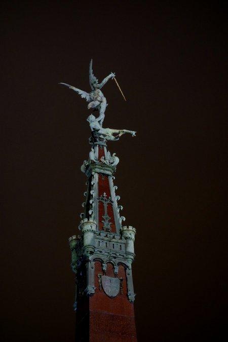 — Statue de l'archange Saint-Michel réalisée par le sculpteur belge Pierre-Jean Braecke (1858-1938)   en couronnement de la Fontaine Anspach — Marché de Noël — Place des poissons — Bruxelles —