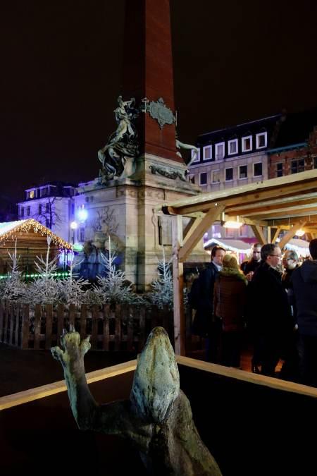 — Statue — Marché de Noël — Place des poissons — Bruxelles —