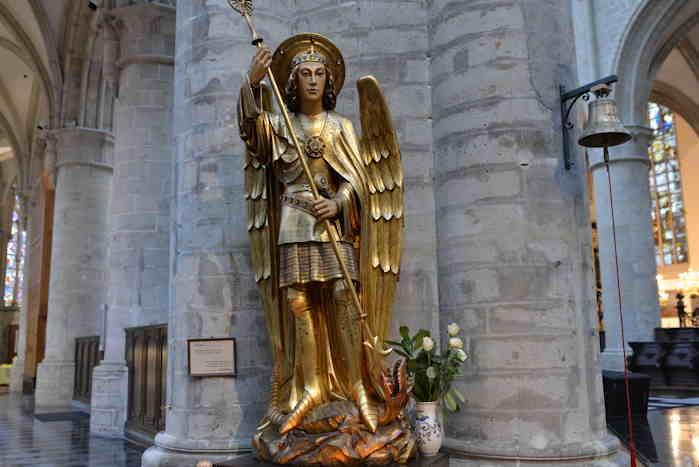 — Statue de l'archange Michel — cathédrale St Michel & Ste Gudule — Bruxelles —