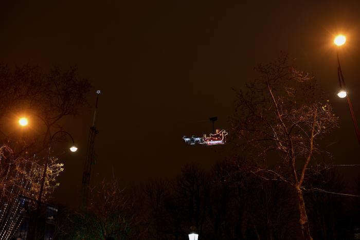 — Père Noël sur les hauteurs de l'Avenue des champs-Elysées - Paris —
