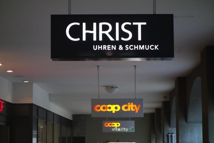 — Enseignes bijouterie Christ et magasin Coop — Bern/Berne —