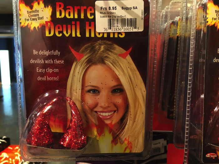 Soyez délicieusement diabolique   avec cette barette de cornes si facile à clipper!