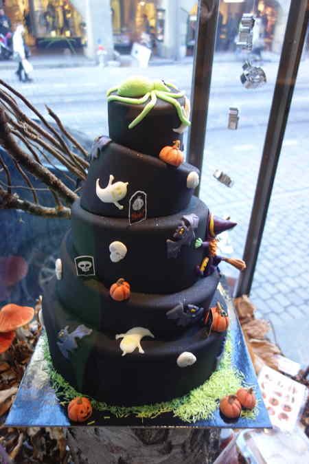"""— """"gâteau d'Halloween style """"Tour de Babel"""" —  — Vitrine d'exposition sous les arcades de la Marktgasse — Bern/Berne —"""