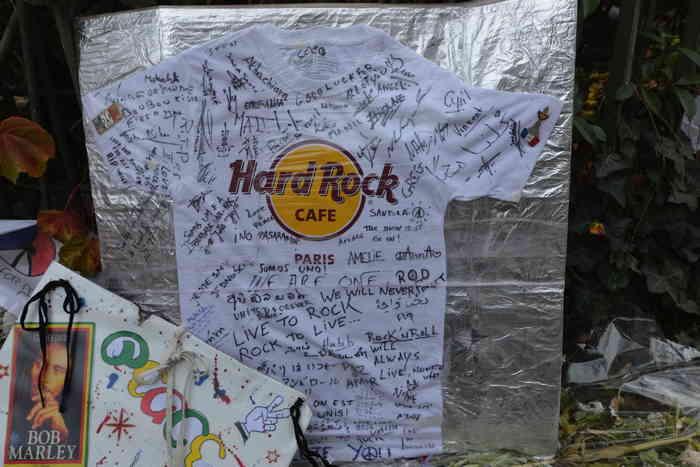 T-shirt Hard Rock café hommage déposé devant le Bataclan cafe — Boulevard Voltaire — Paris
