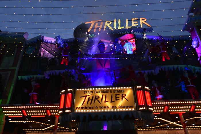 """— Train fantôme avec zombies à tous les étages """"Thriller"""" —  — Marché de Noël — les Champs-Elysées — Paris —"""