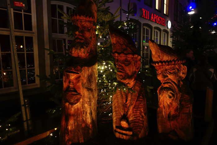— Troncs/mages sculptés sur un Marché de Noël — Cologne —