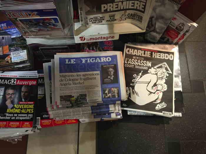— Journaux dans un relais presse d'une galerie marchande Clermontoise — Clermont-Fd —