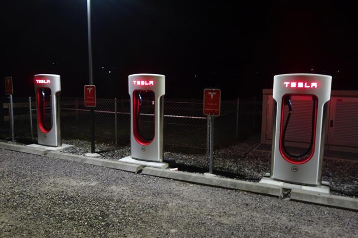 — Parking Tesla — Sortie autoroute Rubigen — Canton de Bern/Berne —