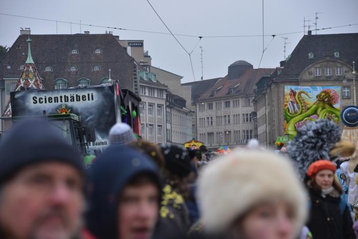 """— Croisement des chars """"Schyyntheology"""" et """"Seintoliege"""" sur le Mittlere Brücke — Carnaval — Bâle/Basel —"""