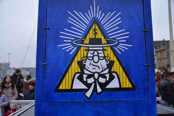 """— Détail photographié sur un char """"Scientologie/Seintoliege"""" — Carnaval — Bâle/Basel —"""
