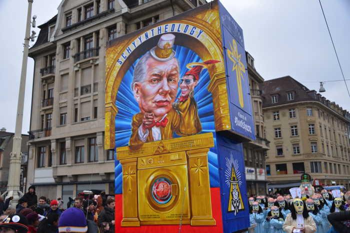 "— Char ""Scientologie/Schyyntheology"" de face — Carnaval — Bâle/Basel —"