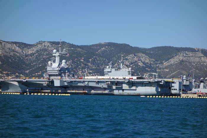 Le porte-avions Charles-de-Gaulle ancré dans l'enceinte de l'arsenal