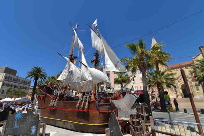 Maquette d'un voilier parquée sur les quais du port — Sanary/sur/mer