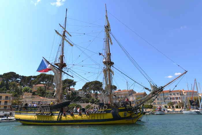 Réplique d'un voilier dans le port — Sanary/sur/mer