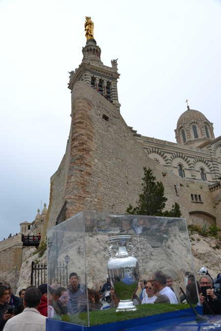 Coupe de l'UEFA exposée sur le parvis de basilique Notre Dame de la Garde — Marseille