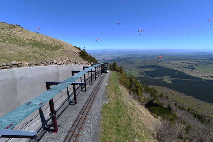 — Parapentistes évoluant au-dessus de la gare terminale du Panoramique au sommet du Puy-de-Dôme — Puy-de-Dôme —