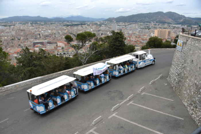 Arrivée du petit train sur sur le parvis de basilique Notre Dame de la Garde — Marseille