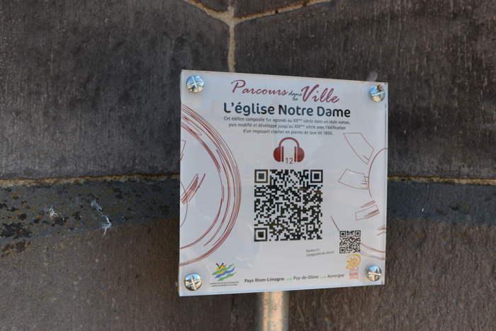 — Macaron au pied de l'église Notre-Dame - Maringues —