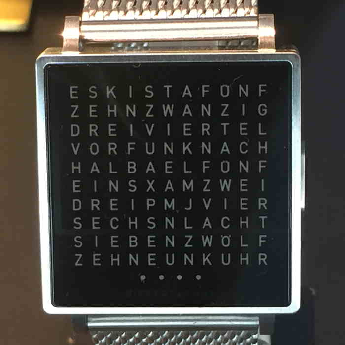 Cadran de montre sur un rayon de vitrine de bijouterie — Bern/Berne