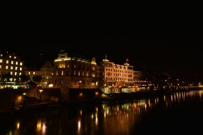 — Hôtel des Trois Rois en bordure du Rhin depuis le Mittlere Brücke — Bâle/Basel —