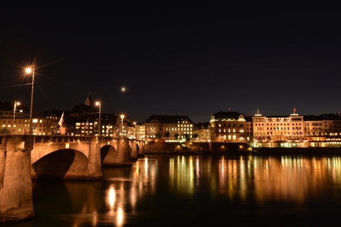— Le Mittlere Brücke et l'Hôtel des Trois Rois en bordure du Rhin — Bâle/Basel —