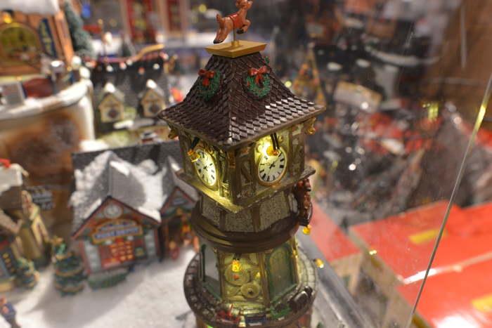 — Horloge miniature d'un village de Noël en maquette — Bâle/Basel —