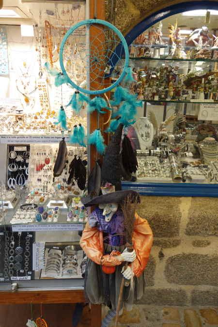 — Sorcière et Dream-catchers en présentoirs sur la rue - Concarneau —