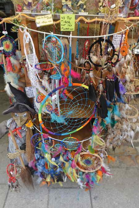 — Dream-catchers en présentoirs sur la rue - Concarneau