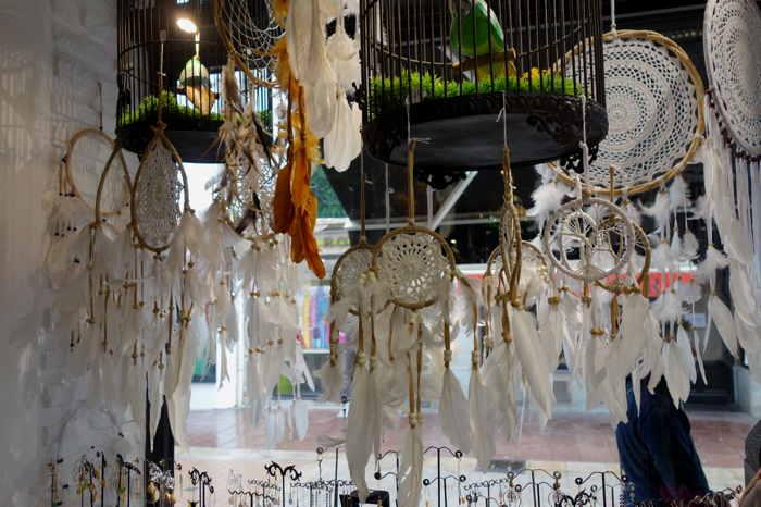 """— """"Dream-catchers"""" en vitrine vue depuis l'intérieur d'une boutique - Saint-Jean-de-Luz —"""