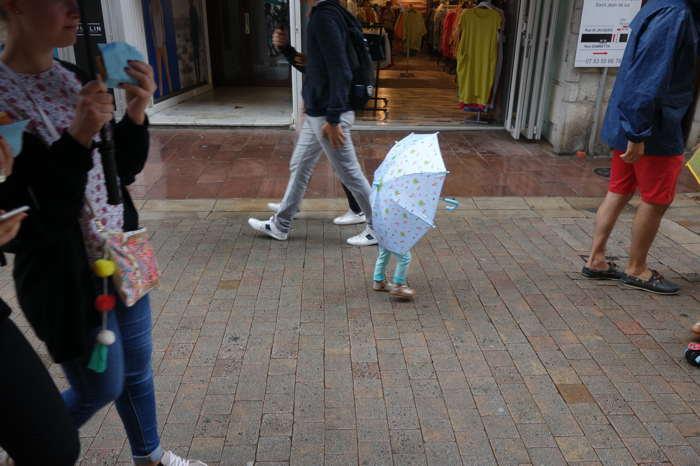"""— """"Fillette au parapluie"""" - Saint-Jean-de-Luz —"""
