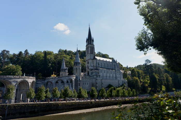 Basiliques Notre-Dame-du-Rosaire et de l'Immaculée-Conception vues depuis les berges du Gave de Pau — Lourdes
