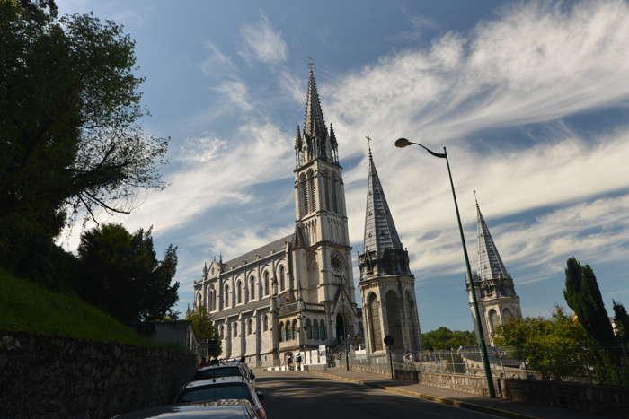 Basilique de l'Immaculée-Conception vue depuis la rue — Lourdes