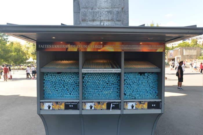 Cierges en vente à 6 euros pièce — Lourdes