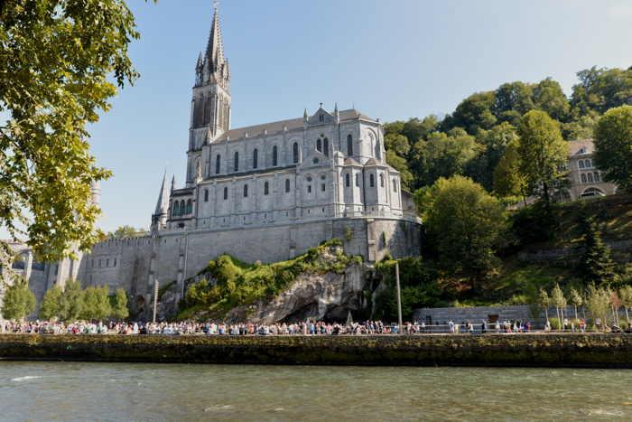 Basilique de l'Immaculée-Conception vues depuis les berges du Gave de Pau — Lourdes