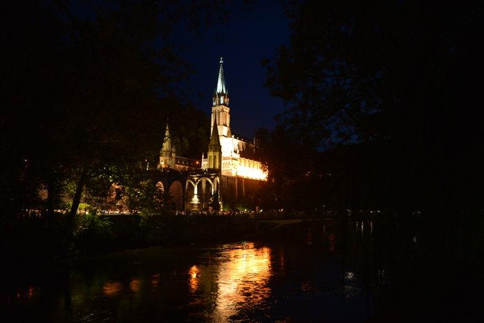 Basilique de l'Immaculée-Conception vue de nuit depuis les berges du Gave de Pau — Lourdes