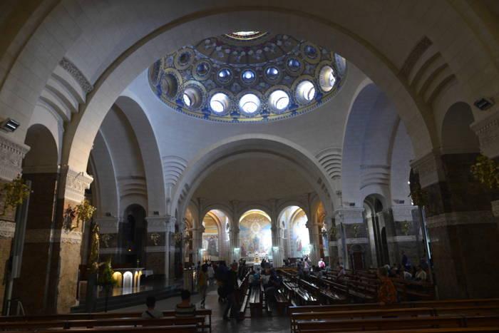 Couronne de la Basilique Notre-Dame-du-Rosaire vue de l'intérieur — Lourdes