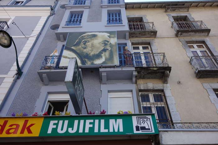 — Statues de Vierge et du Padre Pio encadrant le portrait du religieux — Lourdes —