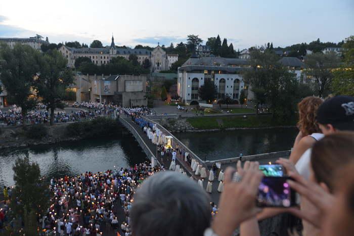 Processions devant la grotte sur les berges du Gave de Pau — Lourdes