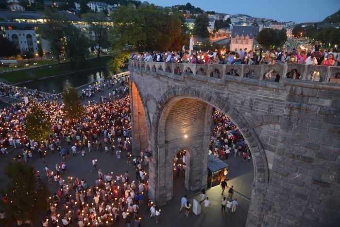 Processions au pied des basiliques — Lourdes