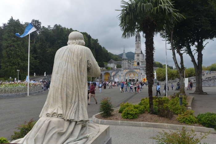 Statue du Curé d'Ars sur l'esplanade du sanctuaire — Lourdes