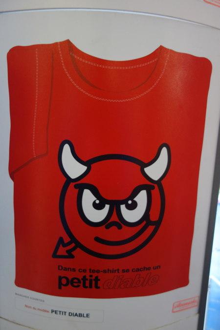 """T-shirt """"petit diable"""" photographié à Saint-Jean-de-Luz"""