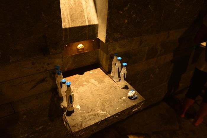 """Bouteilles à l'éffigie de la """"Sainte Vierge"""" — Lourdes"""