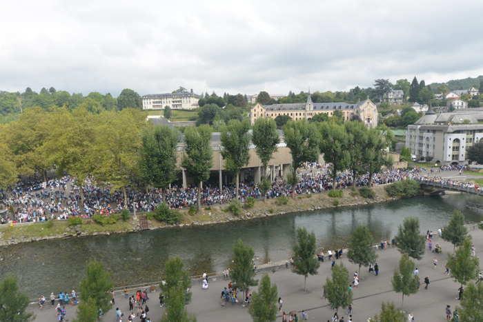 Processions sur les berges du Gave de Pau — Lourdes