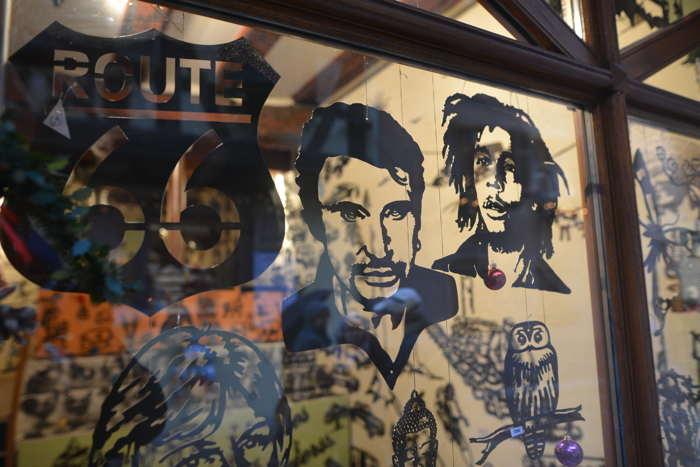 — Visage de Johnny Hallyday sur une vitrine de boutique — Kaysersberg —