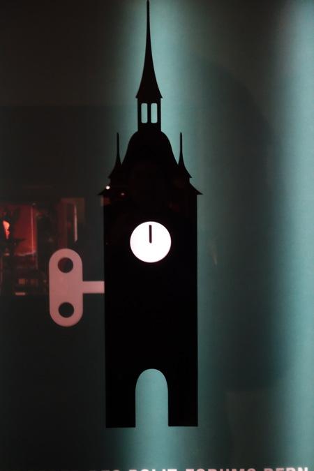 — Tour de l'horloge symbolisée sur une vitrine dans la Kramgasse — Bern/Berne —